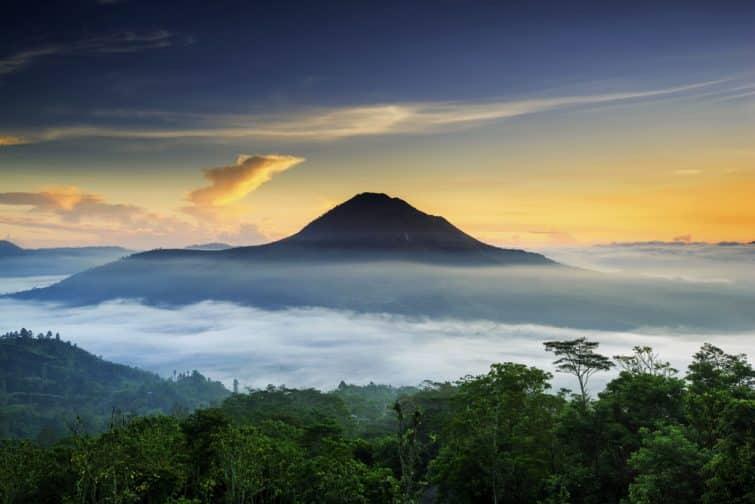 Vue sur le Mont Batur dans les nuages, Bali, Indonésie