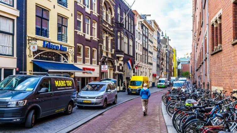 Visiter Jordaan : Touriste marchant dans les rues d'Amsterdam