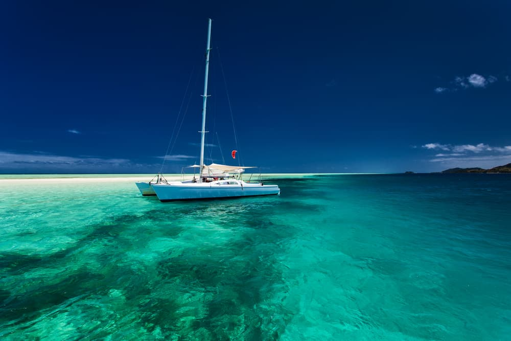 Paysage idyllique et splendide catamaran