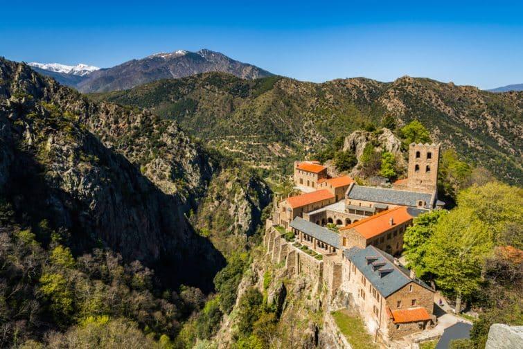 L'Abbaye de Saint-Martin du Canigou et le Canigou, en fond