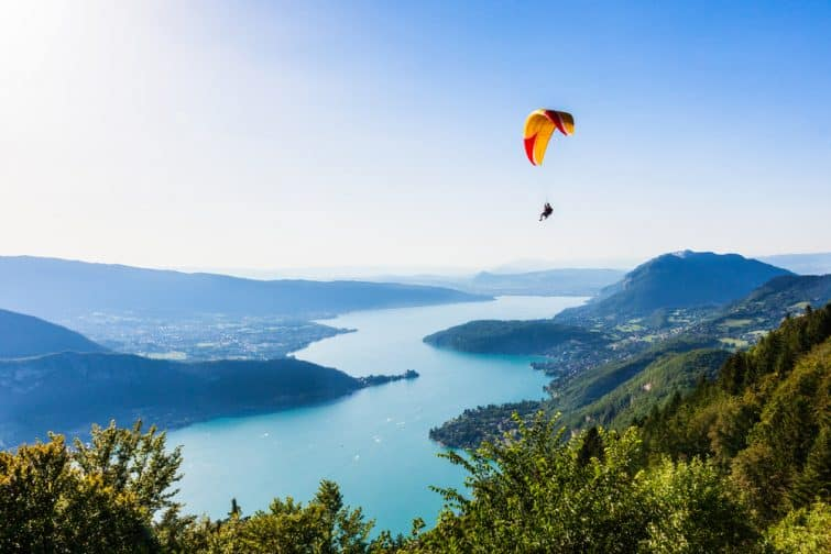 Parapentiste au dessus du lac d'Annecy