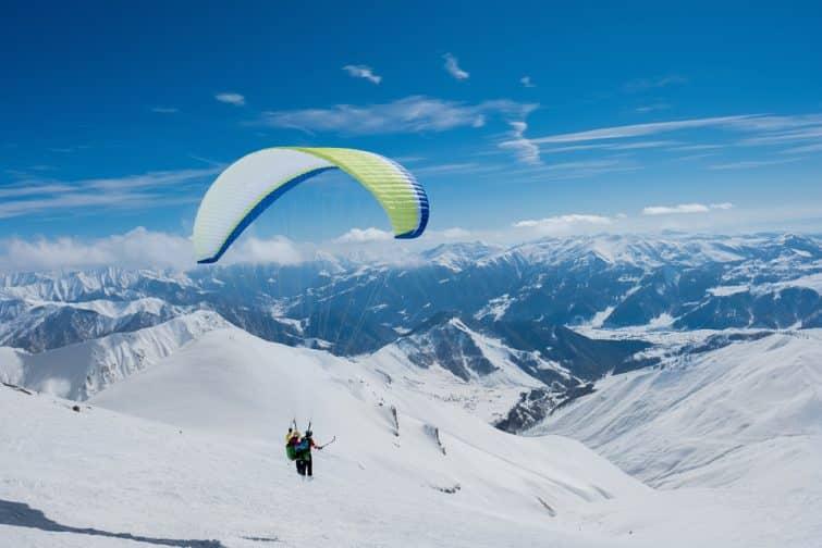 Décollage de parapentistes au Mont Blanc