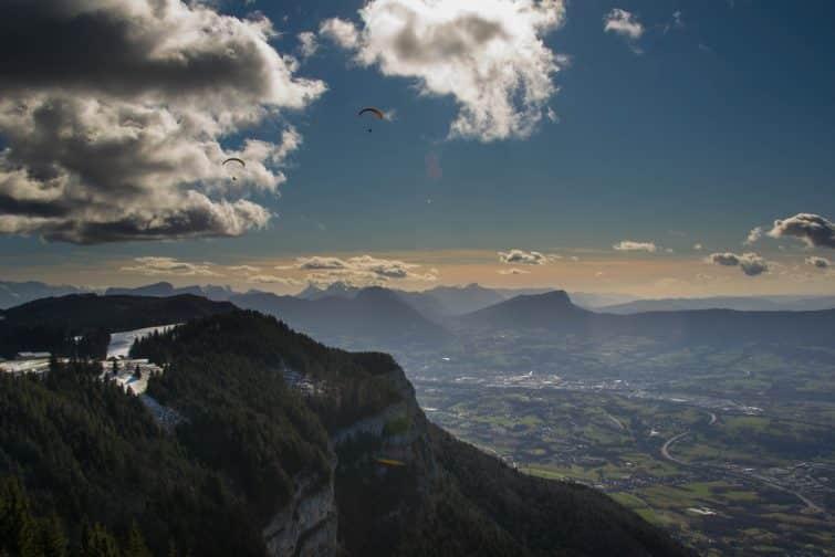 Parapentiste en survol d'Aix les Bains, vue sur le Mont Revard
