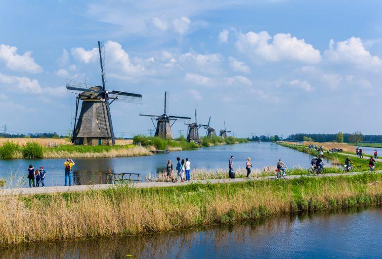 Touristes se promenant aux moulins de Kinderdijk, Pays-Bas