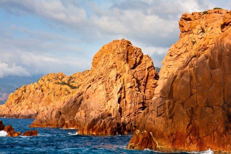 Rochers orangés dans la Réserve naturelle de Scandola en Corse