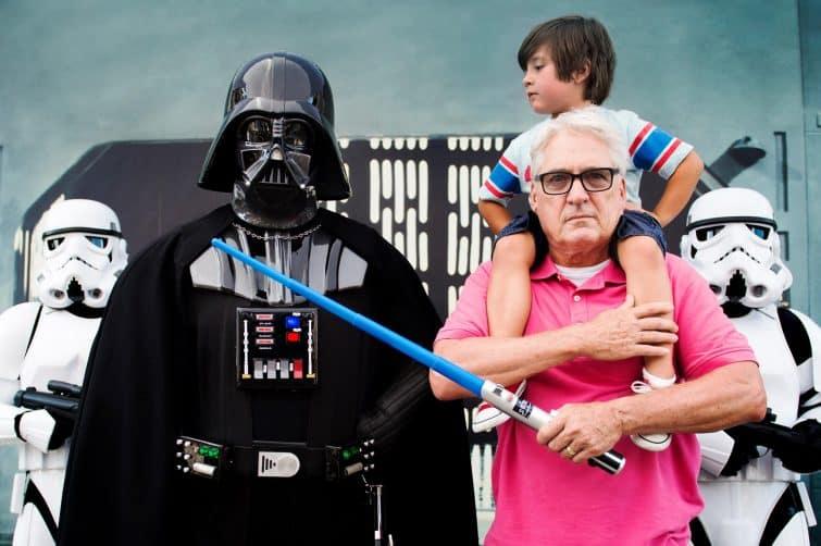 Portrait d'un grand père et son petit fils aux côtés de Dark Vador, Walt Disney Orlando