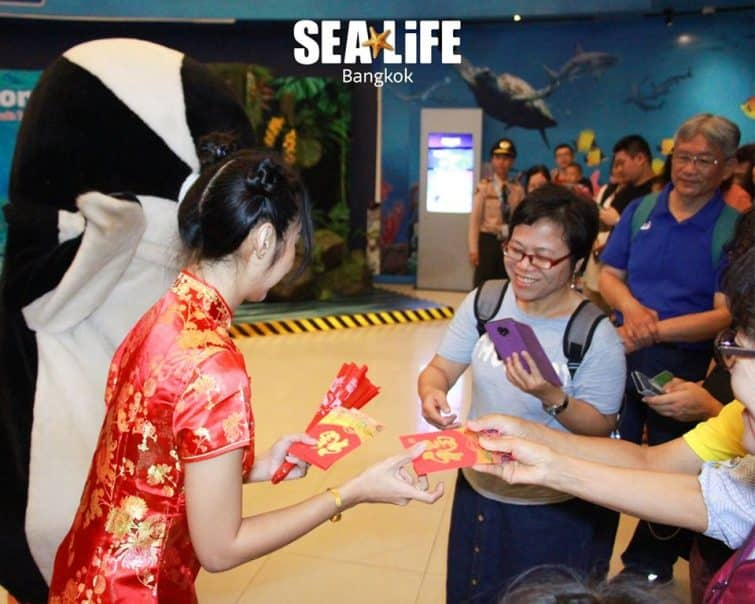 Personnes donnant leur ticket d'entrée au Sea Life Ocean World à Bangkok