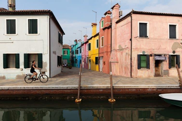 Femme à vélo à Venise