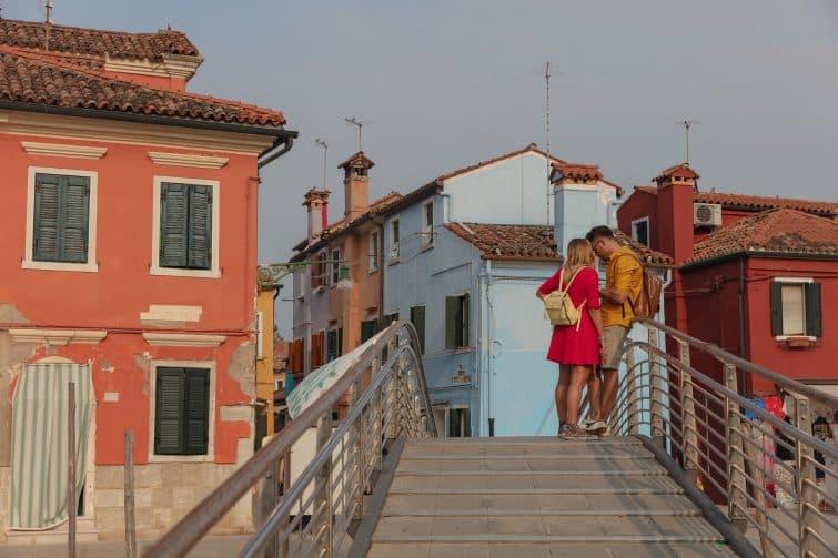 Couple se promenant dans Venise