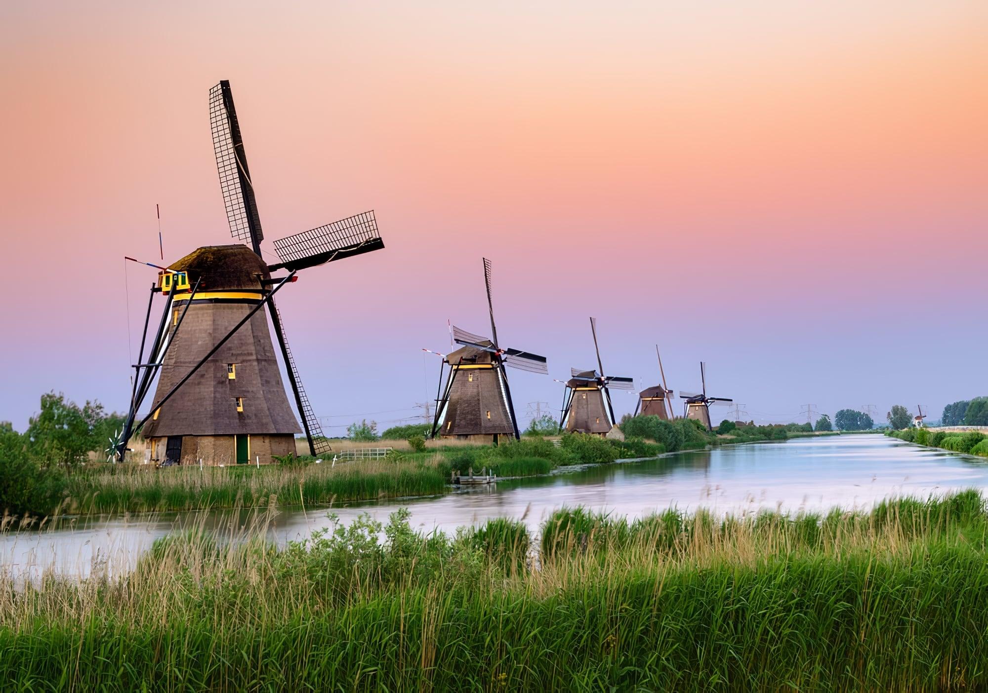 Coucher de soleil sur les moulins de Kinderdijk, Pays-Bas