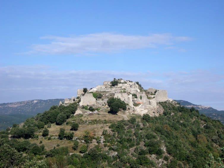 1200px-Le_chateau_de_Termes_vu_du_sud-est_le_28_septembre_2010