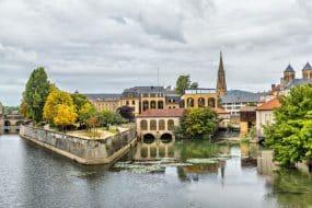 Bâtiment se reflétant dans l'eau dans le centre de Metz, France