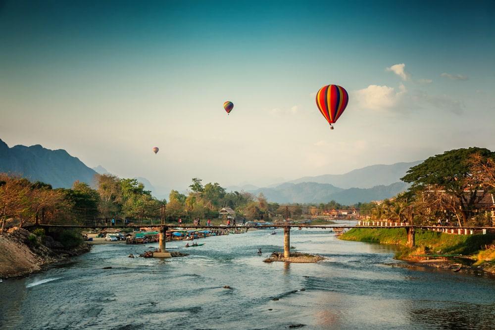 Belles vues sur les montagnes et le tour en ballon, les points d'intérêt voyagent à Vang Vieng, au Laos.