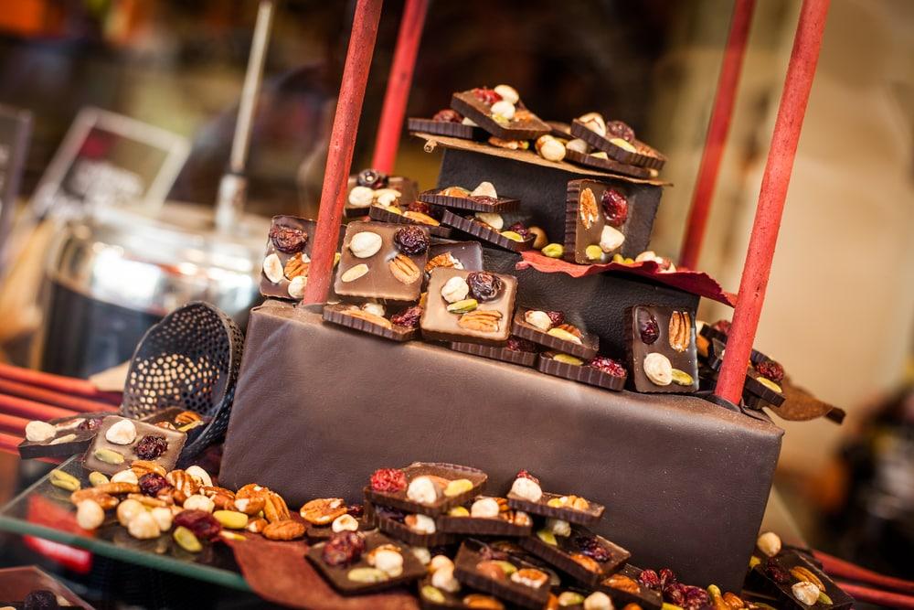 Boutique de chocolat belge à la lumière du jour.