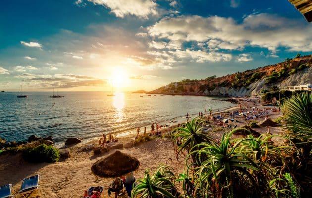 Cala dHort Beach au coucher du soleil.