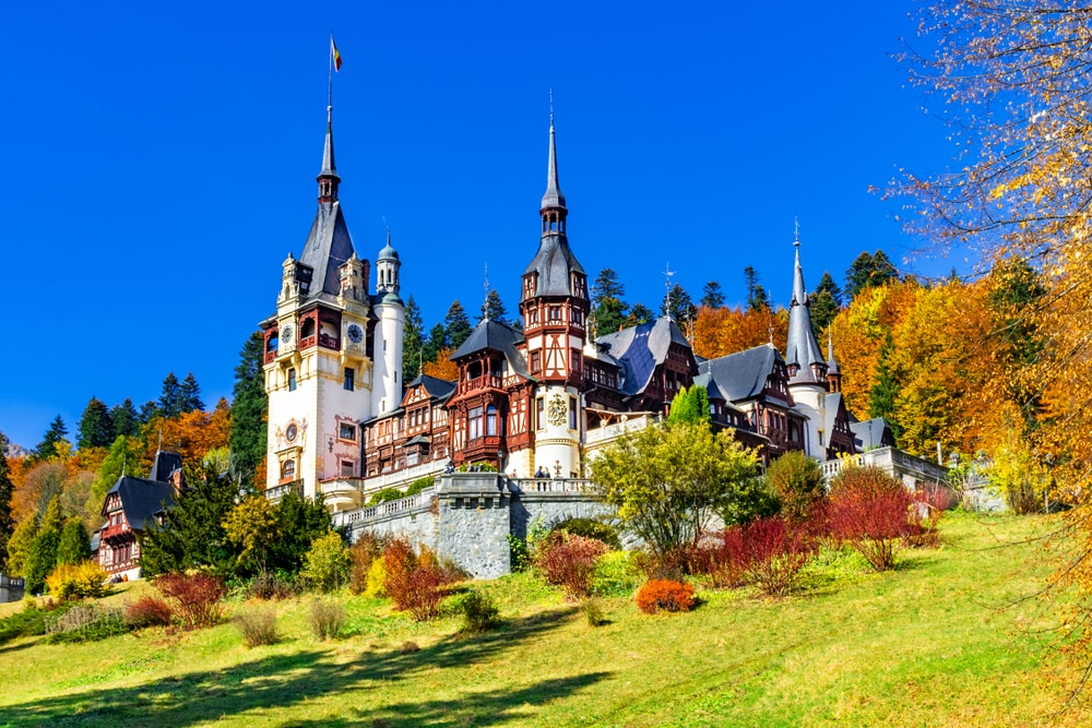 Château de Peles, Sinaia, comté de Prahova, Roumanie Célèbre château néo-Renaissance aux couleurs automnales, au pied des Carpates, Europe