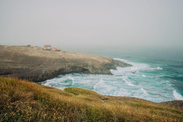 Santo Antao, Cap-Vert - Cruzinha da Garca. Littoral avec falaises et vagues de l'océan Atlantique