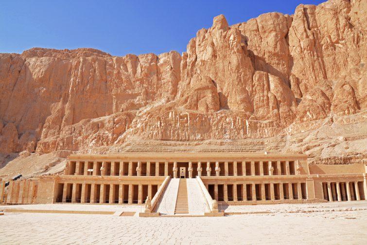 Entrée du temple mortuaire d'Hatshepsut avec ses falaises et ses montagnes en arrière-plan, Djeser-Djeseru, Deir el Bahari, près de la Vallée des Rois, Louxor, Egypte.