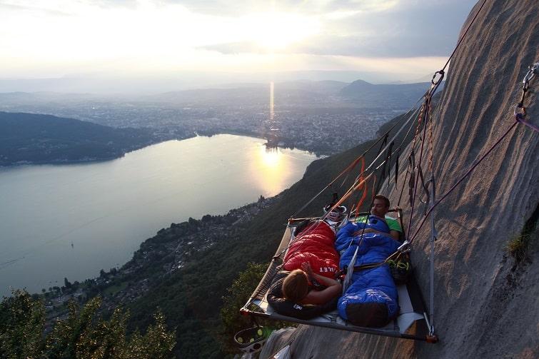 Activités insolites en Savoie Mont Blanc : dormir au dessus du lac d'Annecy
