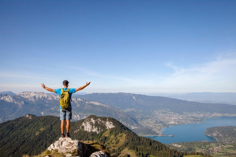 Joyeux randonneur plein de liberté et de bonheur, gagnant l'objectif de la vie, la réussite dans les montagnes et le succès dans la vie. Découvrir de nouveaux sommets et aventures. La Tournette, Annecy, France