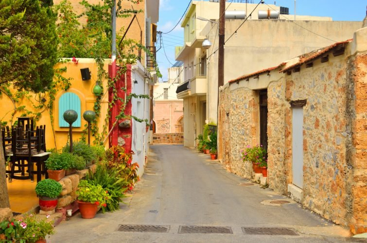 La rue étroite dans la vieille ville de Malia, Crète, Grèce.