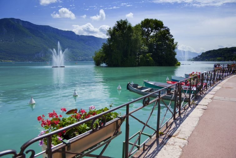 Lac d'Annecy en France (Haute Savoie) pendant l'été.