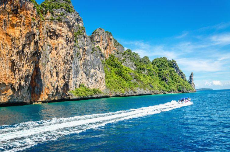 L'archipel de Phi Phi, groupe d'îles de la mer d'Andaman en Thaïlande, sans aucun doute le plus beau du monde, attire des millions de touristes