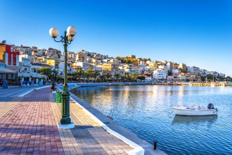 Le port pittoresque de Sitia, Crète, Grèce au coucher du soleil. Sitia est une ville traditionnelle de Crète orientale, près de la plage de palmiers, Vai.