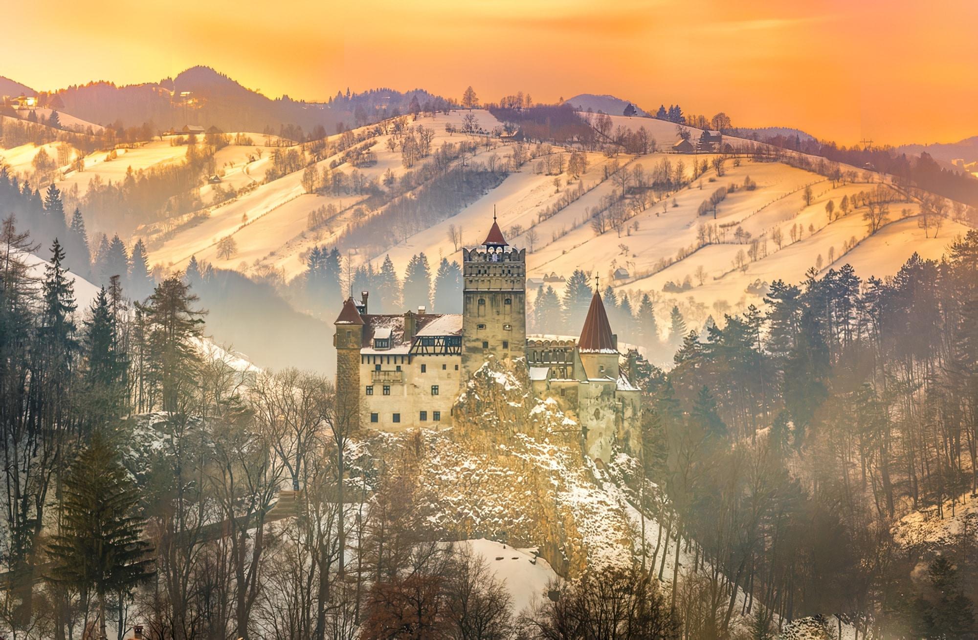Lumière du soleil sur la dracula médiévale du château de Bran en hiver, Brasov, Transylvanie, Roumanie