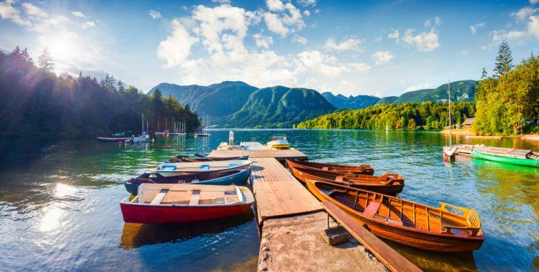 Panorama d'été coloré sur le lac de Bohinj. Scène monumentale pittoresque dans le Parc National de Triglav,