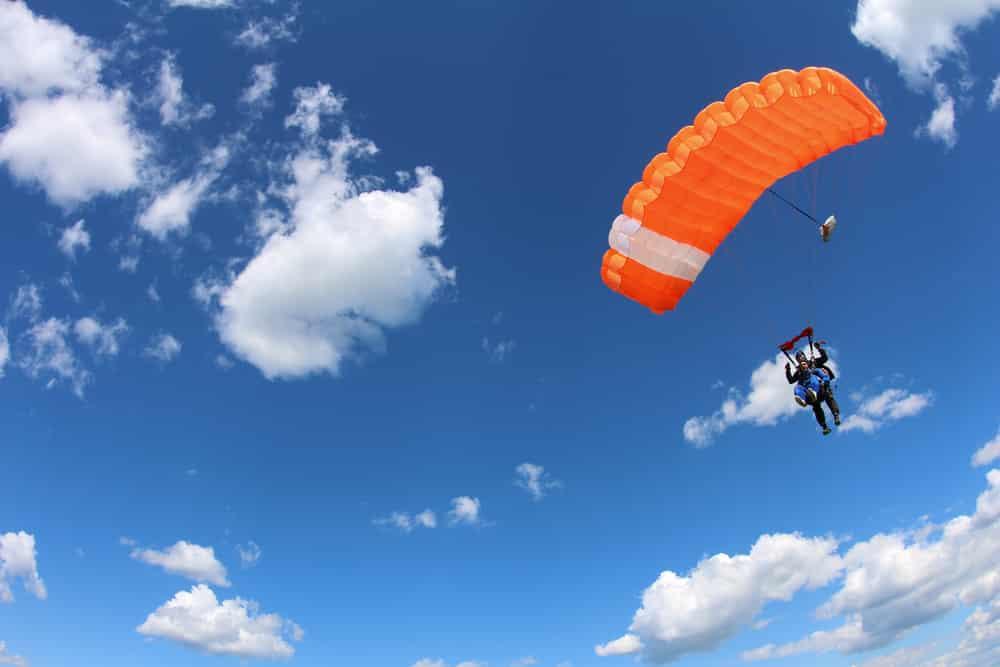 Parachute en tandem. La canopée dans le ciel.