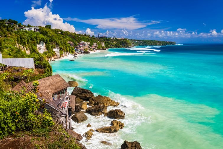Plage d'azur avec des montagnes rocheuses et une eau limpide de l'océan Indien aux beaux jours  Vue d'une falaise à Bali Indonésie  Bali, Indonésie