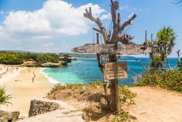 Plage de rêve sur l'île de Nusa Lembongan, à droite de la côte de Bali en Indonésie. L'île est beaucoup moins développée que Bali.