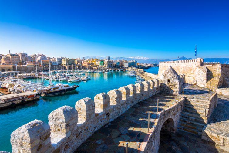 Port d'Héraklion avec vieux fort vénitien Koule et chantiers navals, Crète, Grèce