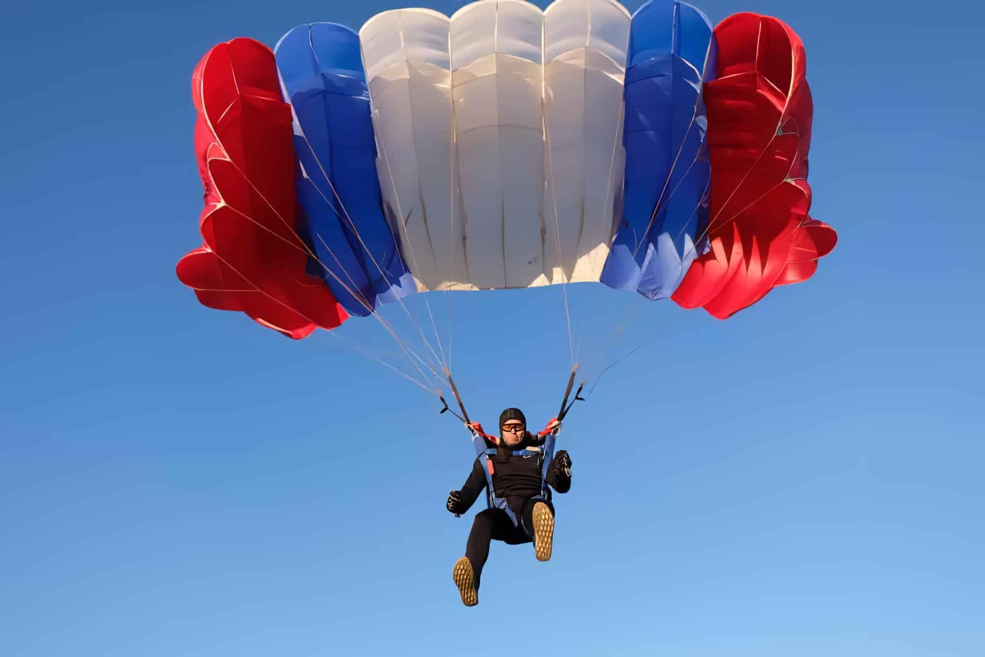 Skydiver contrôle le gros parachute.