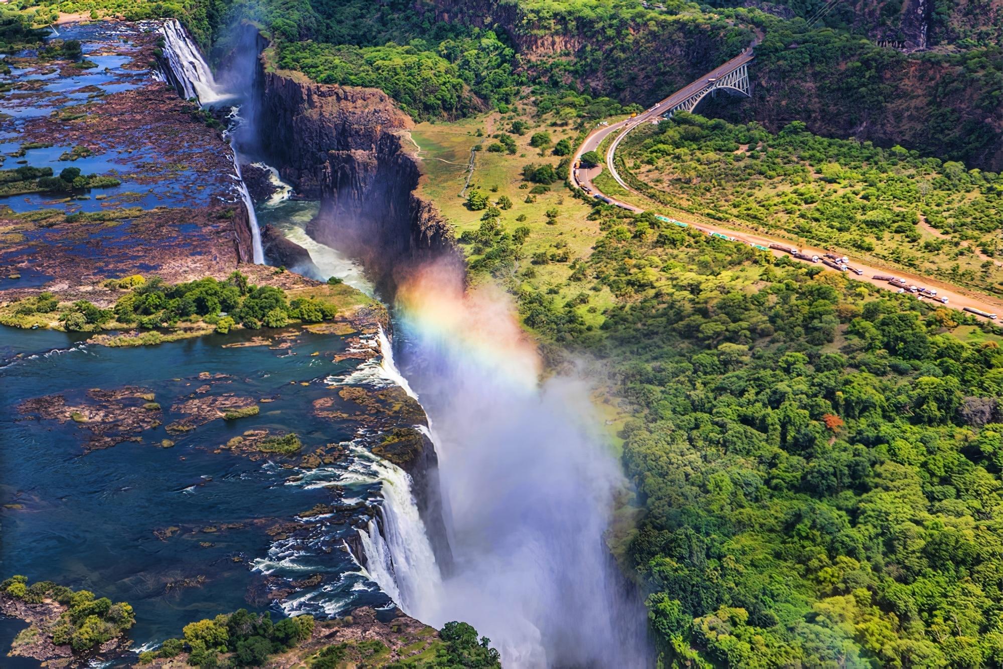 Un arc en ciel sur les chutes Victoria au Zimbabwe, une journée ensoleillée en Afrique