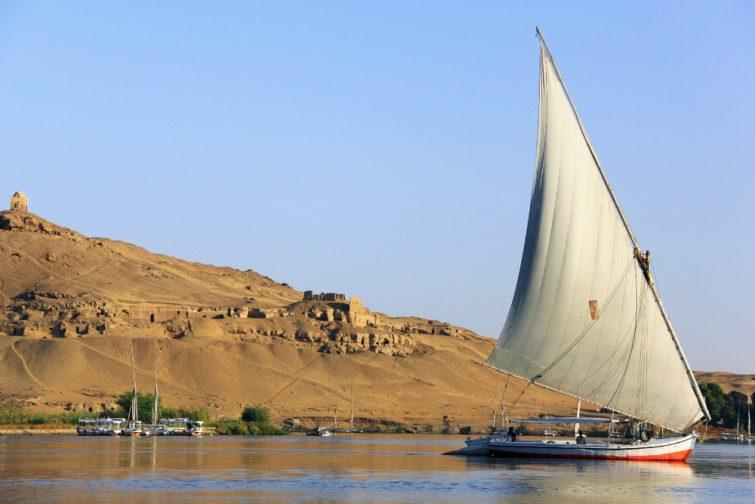 Un felouque naviguant dans le Nil