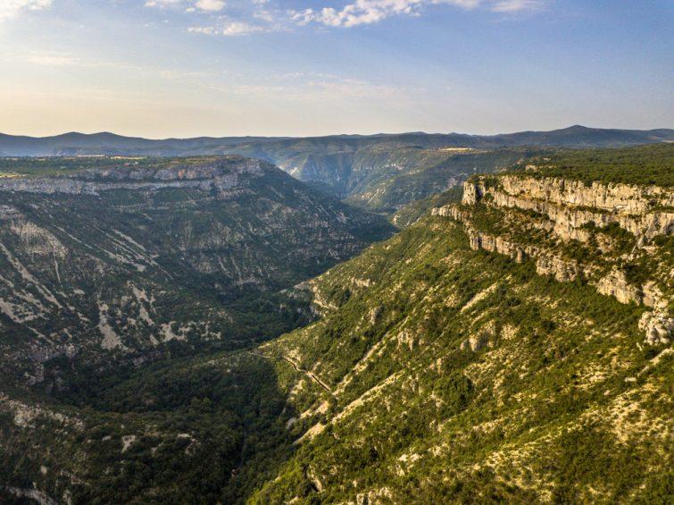 Vue aérienne de la vallée des Gorges la Vis coupant la Causse du Larzac dans le Parc National des Cévennes, Sud de la France