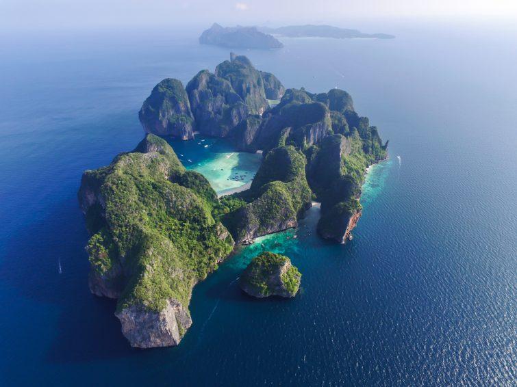 Vue de dessus d'une île tropicale rocheuse isolée à l'eau turquoise et à la plage blanche. Vue aérienne de l'île de Phi-Phi Leh avec la baie de Maya et le lagon de Pileh. Province de Krabi, Thaïlande.