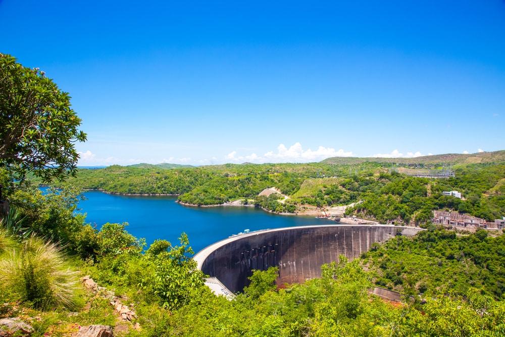 Vue du mur du barrage de Kariba en hauteur. Le fleuve Zambezi. Zimbabwe Afrique.