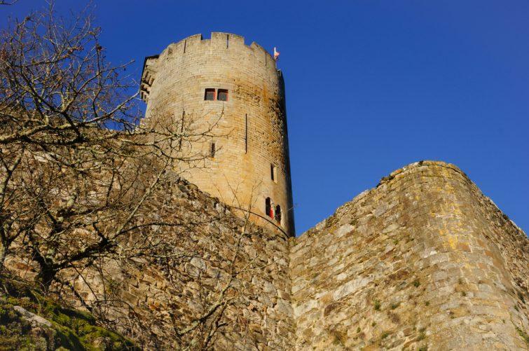 Vue en bas de l'angle des vestiges de la forteresse royale de Najac, en France,