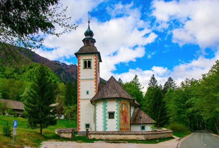 Vue panoramique de l'église du Saint-Esprit sur la rive sud du lac Bohinj, près de la route Ribcev Laz - Ukanc, Parc national de Triglav, Alpes juliennes, Slovénie