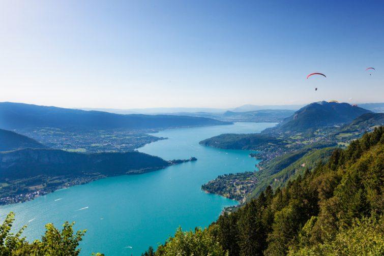 Vue sur le lac d'Annecy depuis le col du Forclaz