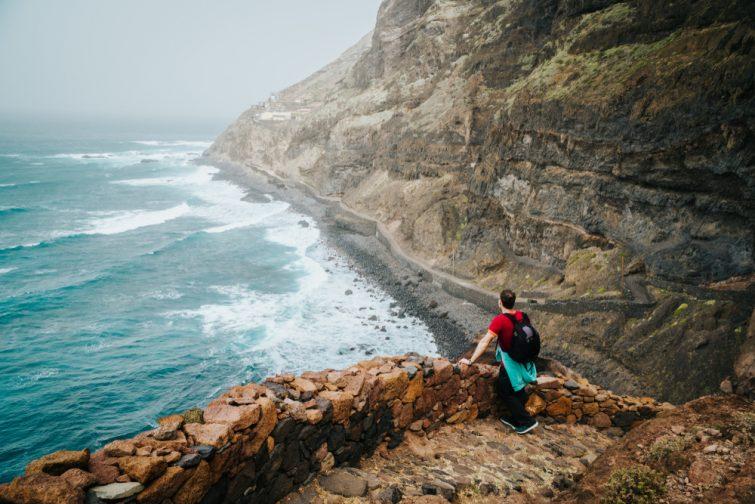 Homme admirant la vue sur l'Ocean, sentier de randonnée entre Cruzinha et Ponta do Sol. Santo Antao. Cap-Vert