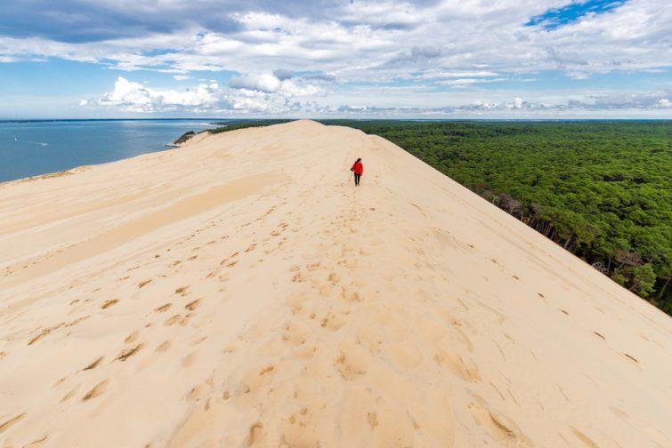 Femme se promenant sur la Dune du Pilat