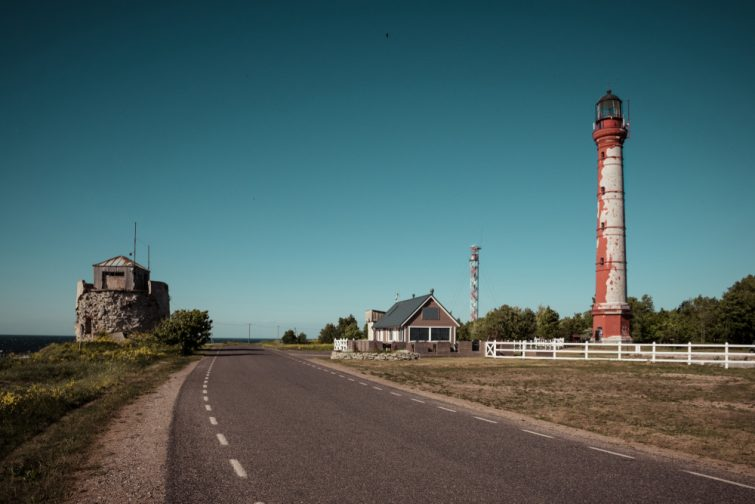 Route près de la Mer Baltique. Un lieu idéal pour visiter l'Estonie en camping-car