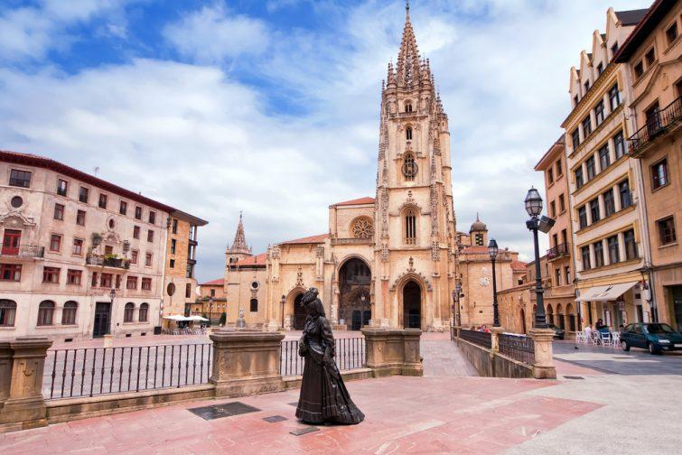 La cathédrale d'Oviedo sur la Plaza Alfonso II el Casto dans les Asturies. Espagne.