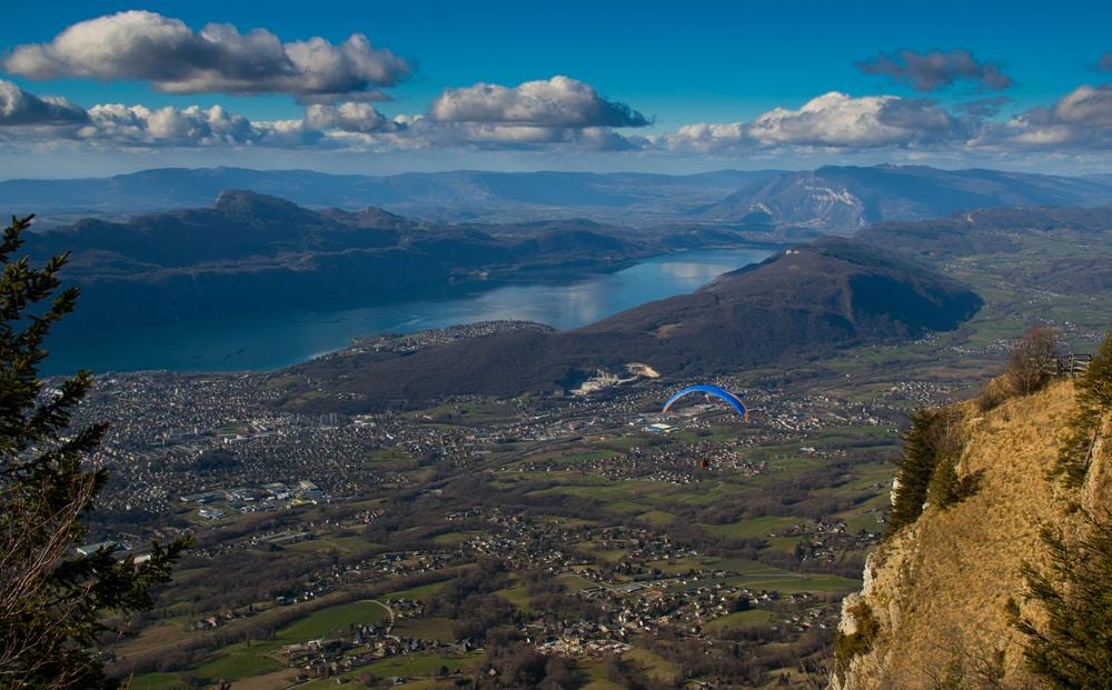 Faire du parapente dans les Alpes, au dessus du Mont Revard à Aix-les-Bains