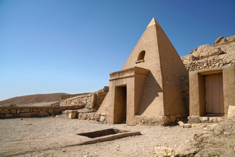 petite pyramide dans la vallée des artisans, Deir el-Medina, près des tombeaux des anciens égypte dans les montagnes thébales de Louxor
