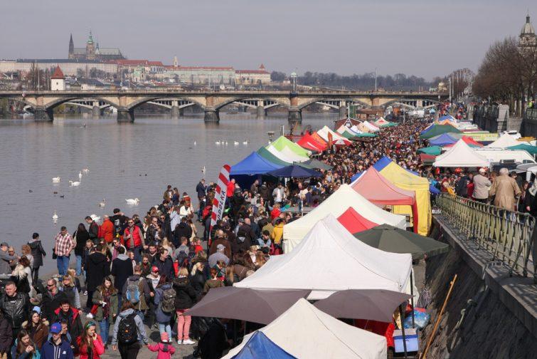 Parmi vos itinéraires de Prague, passez au marché de Navplaka